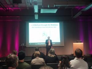 Grävgeneral Nils Hanson presenterar första dagens första föreläsning med Luuk Sengers.